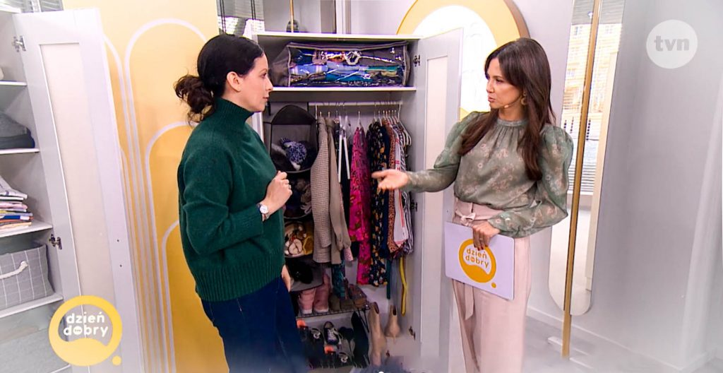 Kinga Rusin i Maria Ernst-Zduniak proponują decluttering szafy z butami w domu lub mieszkaniu w studiu TVN podczas programu telewizyjnego Dzień Dobry TVN