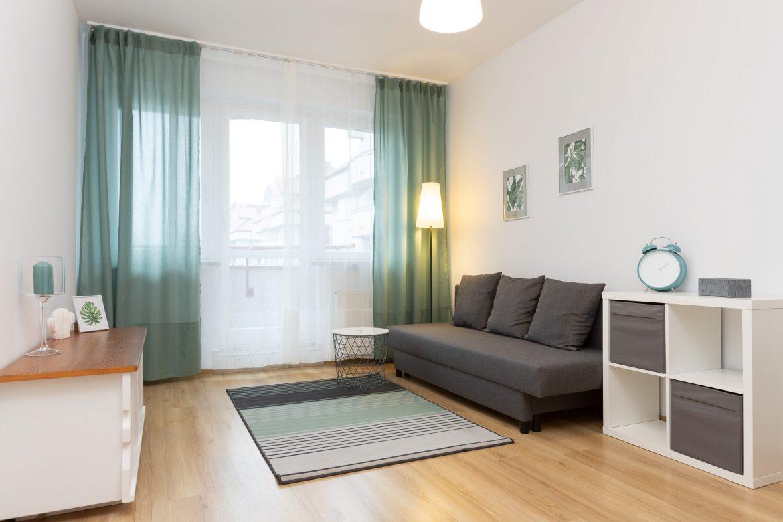 Salon po usłudze home staging w celu przygotowania pod wynajem nowoczesnego mieszkania 2-pokojowego w mieście Warszawa w dzielnicy Ursus. Remont wykonany przez Domowe Metamorfozy Maria Ernst-Zduniak