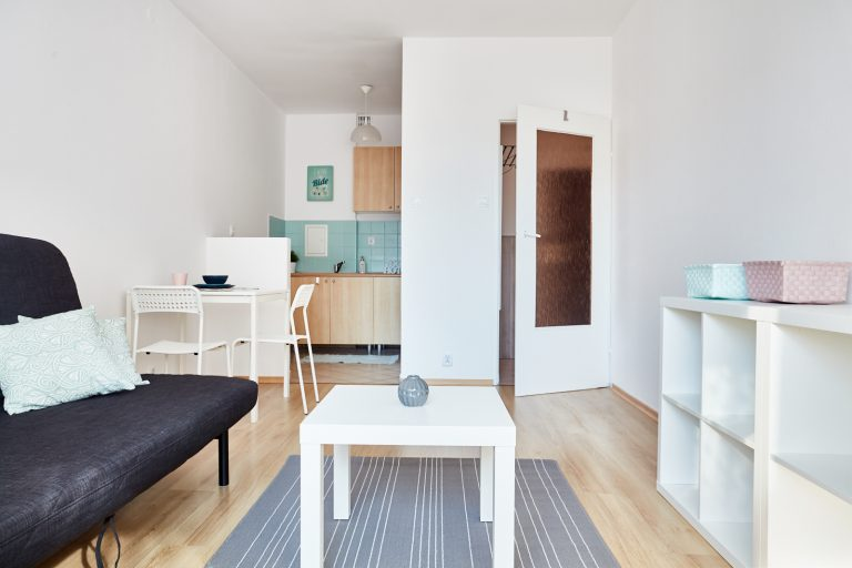 Salon po usłudze home staging w celu przygotowania pod wynajem funkcjonalnego mieszkania 2-pokojowego w mieście Warszawa w dzielnicy Ursus. Remont wykonany przez Domowe Metamorfozy Maria Ernst-Zduniak