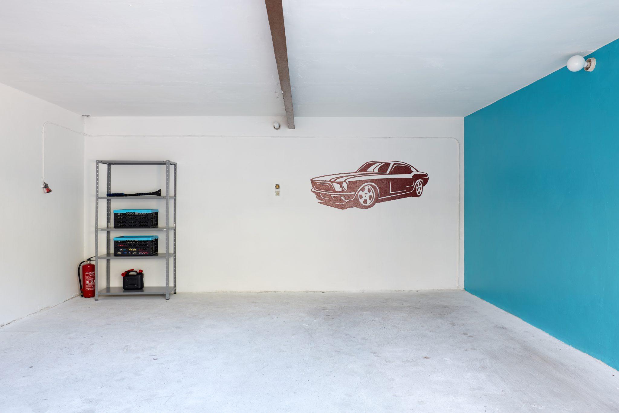 Garaż po usłudze decluttering przygotowane do funkcjonalnego korzystania z przestrzeni i przechowywania przedmiotów w mieście Warszawa. Porządki wykonane przez Domowe Metamorfozy Maria Ernst-Zduniak