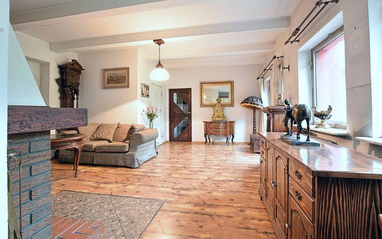 Salon kominkowy po usłudze decluttering przygotowane na sprzedaż domu pod Warszawą. Porządki wykonane przez Domowe Metamorfozy Maria Ernst-Zduniak