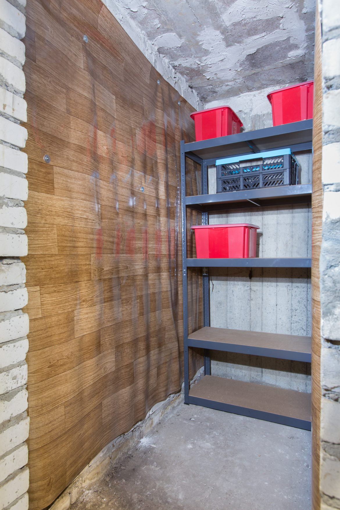 Piwnica w bloku po usłudze decluttering przygotowana do funkcjonalnego korzystania z przestrzeni i przechowywania przedmiotów w mieście Warszawa w dzielnicy Włochy. Porządki wykonane przez Domowe Metamorfozy Maria Ernst-Zduniak
