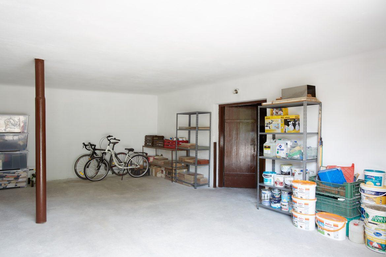 Pomieszczenie gospodarcze po usłudze decluttering przygotowane do funkcjonalnego korzystania z przestrzeni i przechowywania przedmiotów w mieście Warszawa w dzielnicy Ursus. Porządki wykonane przez Domowe Metamorfozy Maria Ernst-Zduniak