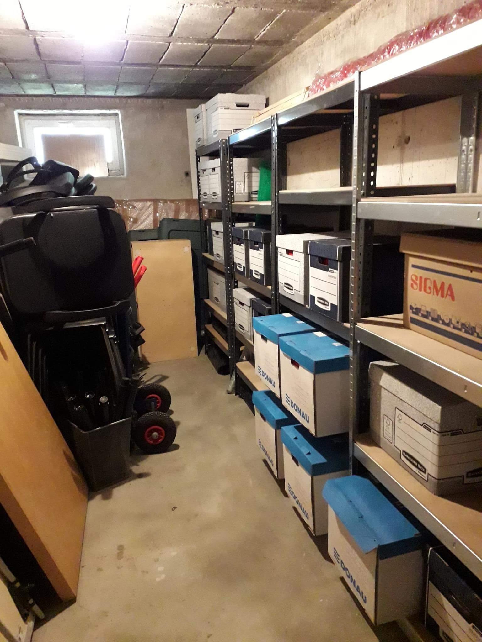Piwnica po usłudze decluttering przygotowana do funkcjonalnego korzystania z przestrzeni i przechowywania przedmiotów w mieście Warszawa w dzielnicy Włochy. Porządki wykonane przez Domowe Metamorfozy Maria Ernst-Zduniak