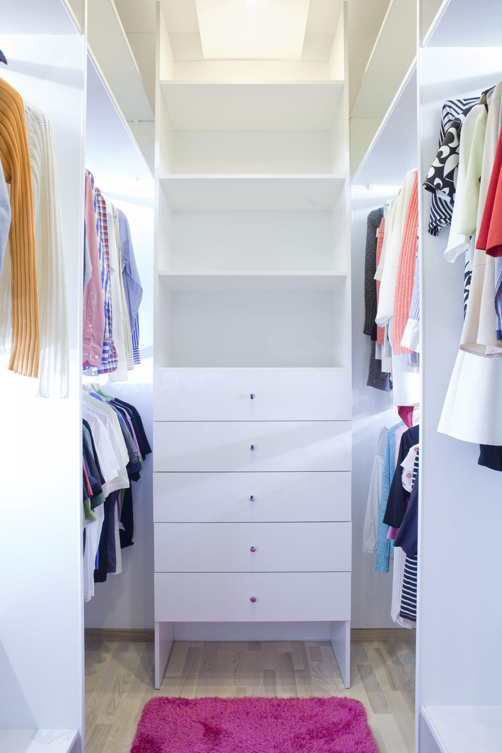 Garderoba dla dwojga po usłudze decluttering przygotowana do funkcjonalnego przechowywania ubrań w szafie w mieście Warszawa w dzielnicy Wola. Porządki wykonane przez Domowe Metamorfozy Maria Ernst-Zduniak